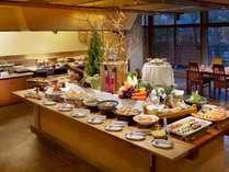 食事処「里のいろり」の食事風景