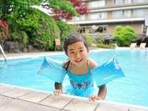 【プール】源泉の温水プールで大はしゃぎ。大きなお風呂で泳いでるみたいで楽しいね。