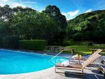 【源泉プール】プールも源泉かけ流しで、年中適温に保たれています