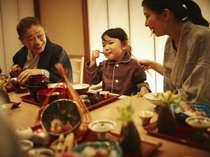 【お食事処】半個室のお食事処では、家族水入らずの時間をゆったりとお過ごしください