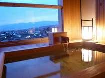 夕暮れ時の露天風呂付客室の露天風呂