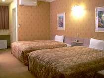 約25㎡の客室に、幅1.5m超のベッド2台、全室ネット可(無料)