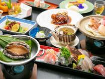 【基本夕食】伊豆近海産のあわび、地魚入りのお刺身、海鮮陶板など。伊豆の旬の味覚をご堪能。