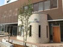 ・【外観】新館にあるフロントロビーの入り口はこちらです。カフェも併設されています。