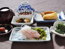 【ご朝食一例】新鮮な魚介類をふんだんに使った和定食。夏はイカ刺しも。