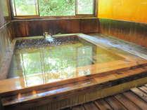 【源泉かけ流し温泉】床には檜を使用。引き戸を開けると「ぷん」と檜の香りが漂います。