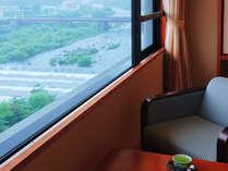 お部屋の窓からは川の流れと蔵王の景観を一望♪