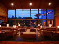 ロビー: 窓の外に広がる四季折々の日本庭園