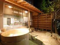 芙蓉山荘露天風呂付特別室は小庭に檜の露天付き。