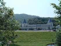緑に囲まれた三角屋根が特徴の一軒宿。静かにのんびり過ごしたい方に人気の宿
