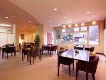 *館内レストランRera/窓の外の眺めが明るい雰囲気のテーブル席。