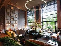 ≪カフェ プラシャンティ≫モダンなインテリアと窓の向こうの自然が調和したカフェ
