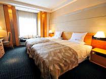 *スイートルームの240cm幅キングサイズベッドは、120cm×2台のハリウッドツイン仕様にも変更可能!