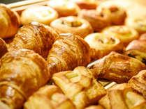 朝食には焼きたてパンをご用意