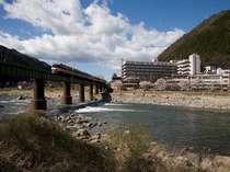 鉄橋を渡る景色は歴史を語る。飛騨川と走る鉄道は望川館の歴史を語ります。