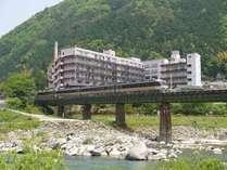飛騨川の上を走る高山本線を眺める望川館。自然一杯の環境にこころ和む♪