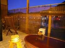飛騨川のせせらぎと満天の星空を眺めて名湯に身を任せる。心地良い時間を陶器のお風呂でお寛ぎ下さい。