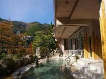 約20畳の男性露天風呂。飛騨の山々の紅葉を楽しみながら下呂の湯とお遊び頂けます。