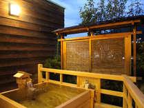 リニューアルした離れ山水亭の露天風呂。ひのきの香りが名湯を際立たせる♪
