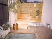 貸切入浴もできる檜の露天風呂