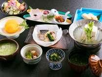 ご朝食は、嬉野名物「温泉湯豆腐」や「茶粥」など、こだわりの品々が並ぶ和定食を。