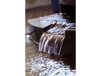 自家源泉からこんこんと湧き出る極上の美肌湯。その魅力をぜひご体感ください。