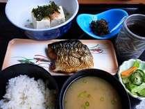 おいしい地魚の和定食です。ごはん、お味噌汁おかわり自由!写真一例