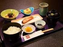朝食:和朝食600円 焼き魚とおかずは日毎に変わります。ごはん、お味噌汁おかわり自由!写真一例