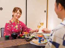 【食事イメージ】 カチンとグラスを合わせ、気の置けないふたりの語らいを