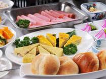 長野県産コシヒカリと十穀米で炊いたご飯。ふわふわのパンに、野菜のキッシュ。手作りの味をお届けします。