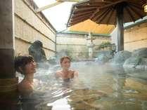 温泉露天風呂は24時間利用可。(AM9:00~AM10:00は清掃時間)温泉はグループ旅館のホテル鐘山苑から輸送