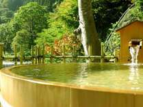 桶風呂からは、自然豊かな風景がご覧いただけます。