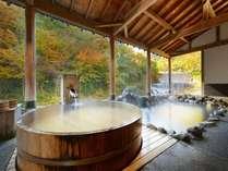 一面の紅葉を楽しめる絶景の露天風呂『太子の湯』混浴時間:15~18h,5h~10h 女性専用時間:19h~23h