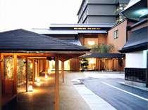 【昼の外観】玉造温泉は、奈良時代の初期には開湯されていたという日本でも最古の歴史を持つ温泉です。