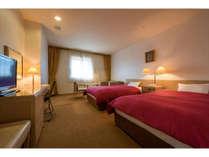 30平米のゆったりとしたツインルーム。エキストラベッドを利用すれば3名様までご宿泊可能です。