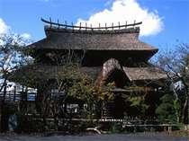 【外観】古代の宮殿をイメージした建部の郷の宮処は、当館自慢の建物です