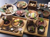 当館名物の【古代食】に島根のブランド食材の会席、名陶・出西焼に盛り付け…など出雲の食をお選び下さい。
