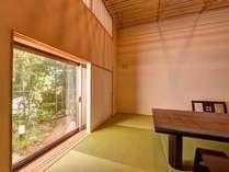 *和室「大国」/座席の高さに合わせた小窓。やわらかい日の光と四季を感じる日本庭園に安らぐひと時。