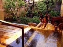 別棟「桂」の専用温泉風呂。天候に関わらず楽しめるよう現在は庭に面してサッシを設置しています