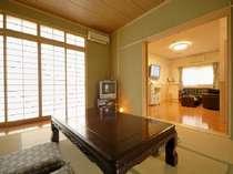 専用温泉付き客室「桂」。和室とリビングに、ツインタイプの寝室付き