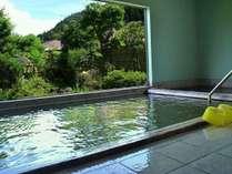 歴史ある温泉を堪能する男女別にある大浴場。お庭を眺めながらお楽しみいただけます♪