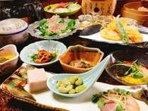 【夕食一例】お部屋食プランのお食事。季節の食材もふんだんに使いボリュームたっぷり♪