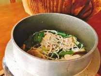 【夕食一例】当館名物『炊きたて釜飯』。シラスや豚肉、山菜たっぷりでお米にお出汁が染み込む一品!