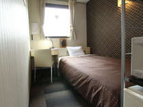 シングルルーム。セミダブルベッドを使用しています為、2名利用(添い寝)もOK!喫煙・禁煙共にあり!