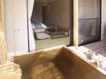 客室露天風呂・アルカリ単純泉が24時間お楽しみいただけます。/温泉露天風呂付和モダンルーム