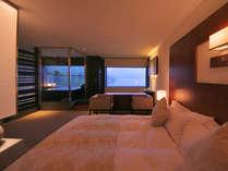 シモンズ社製の広々キングサイズベッド(幅210cm)で至上のひとときを/温泉展望風呂付スーペリア