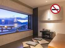 寛ぎのスペース「月見台」から、窓一面に広がる中禅寺湖をお楽しみ下さい/温泉展望風呂付スーペリア