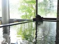 貸切風呂(大) 寝湯から望む深緑が疲れを癒してくれる