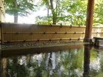 ブナやケヤキに囲まれた露天風呂は、日頃の疲れを癒してくれます。