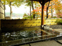秋は露天風呂からの紅葉をお楽しみいただけます。(例年は10月中旬ころから)